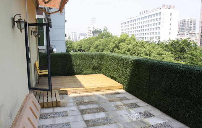 Artificial-hedges-in-balcony-deck