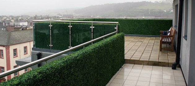 artificial-hedges-for-rooftop-balcony